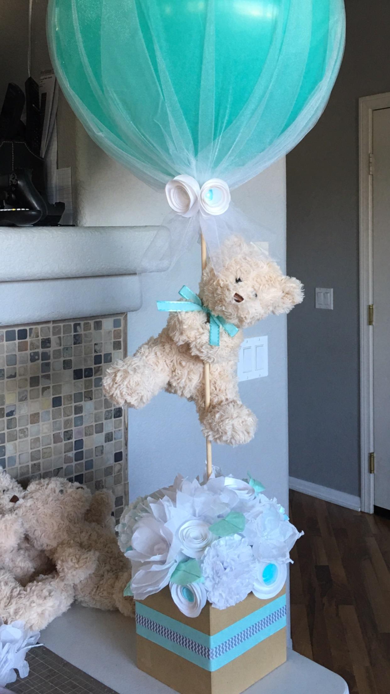 Idei decorare baie bebeluș cu balon și ursuleț de pluș